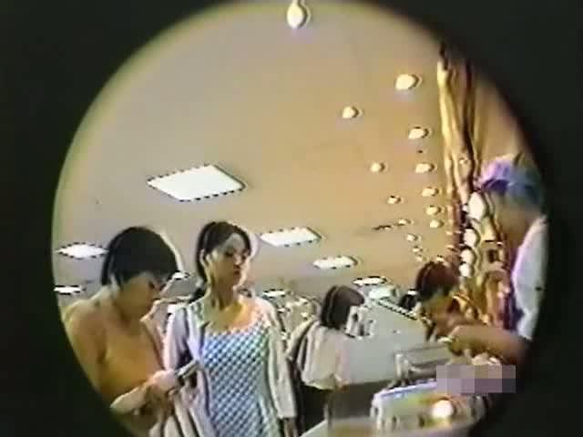 【パンチラ盗撮動画】買い物客に紛れてお姉さんやギャルのスカート内を逆さ撮りしまくりパンティを撮影してうpしたw