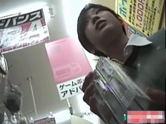 ゲームショップや雑貨屋で商品を選んでる素人女性を逆さ撮りパンツ盗撮!